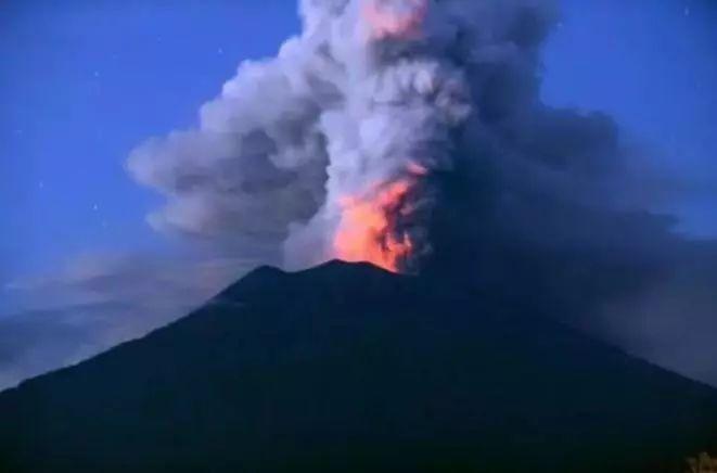 中国游客因火山喷发滞留印尼 中国6架包机再出发-新华图闻网