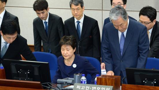 朴槿惠被拘留所长劝出庭后怒了:没跟你解释过吗?-新华图闻网