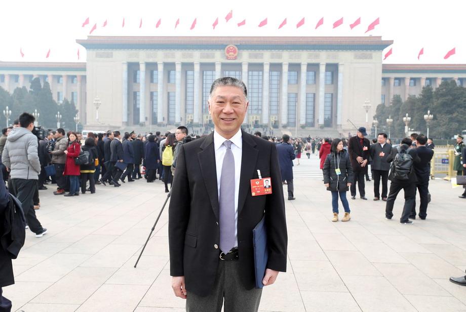 全国政协委员何一心在两会现场接受媒体采访-新华图闻网